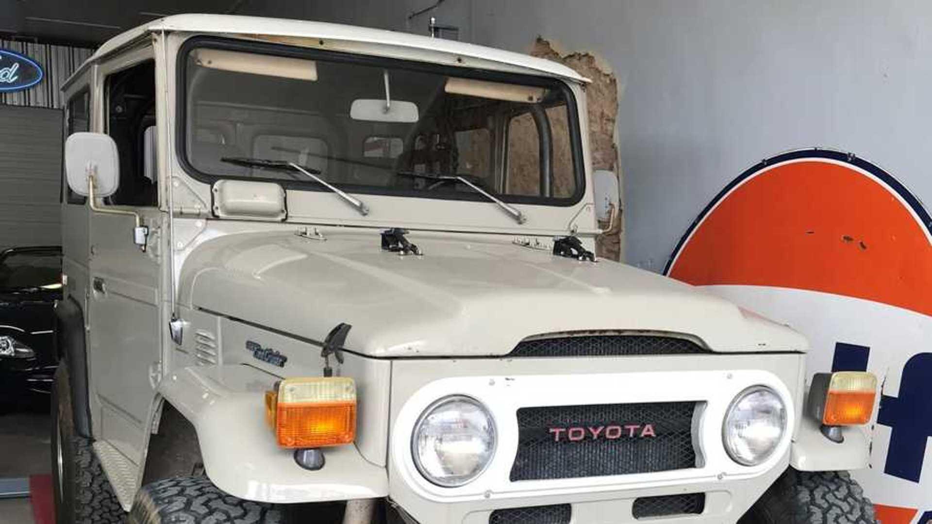 """[""""This 1977 Toyota Land Cruiser FJ40 Has A V8 Engine Swap""""]"""