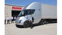 Ruan CEO Ben McLean with Tesla's wholly electrically powered tractor (Tesla Semi). (Source: Ruan)