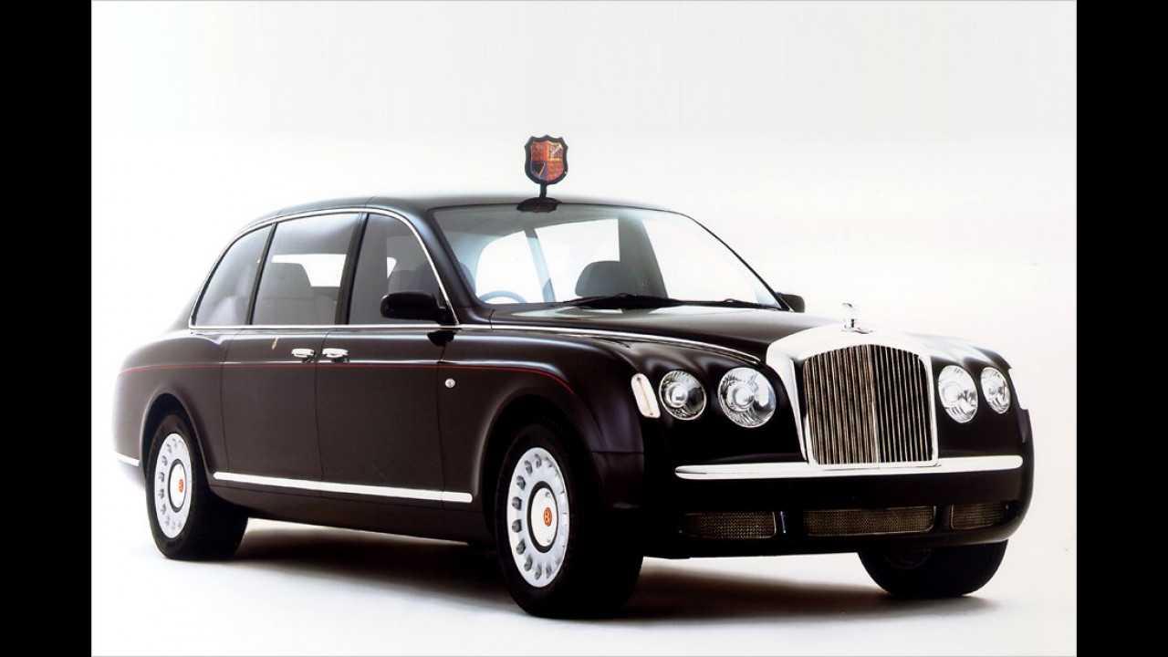Diese eigens für die Queen gebaute Bentley-Limousine trägt das vierteilige Wappen des Vereinigten Königreichs auf dem Dach.