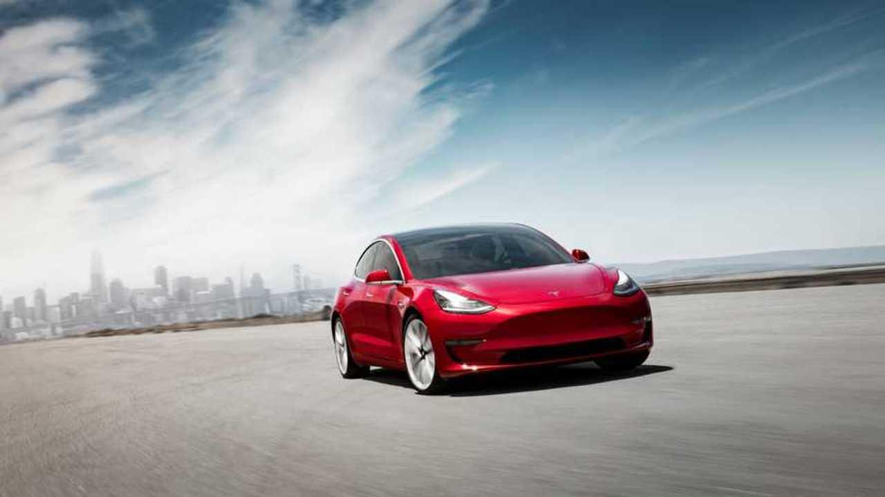 Илон Маск представил серийную Tesla Model 3