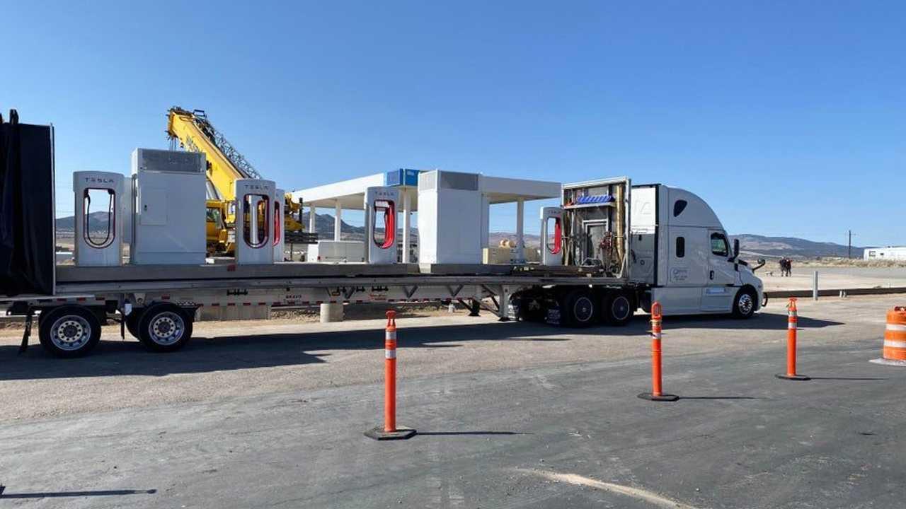 Tesla e la stazione Supercharger prefabbricata