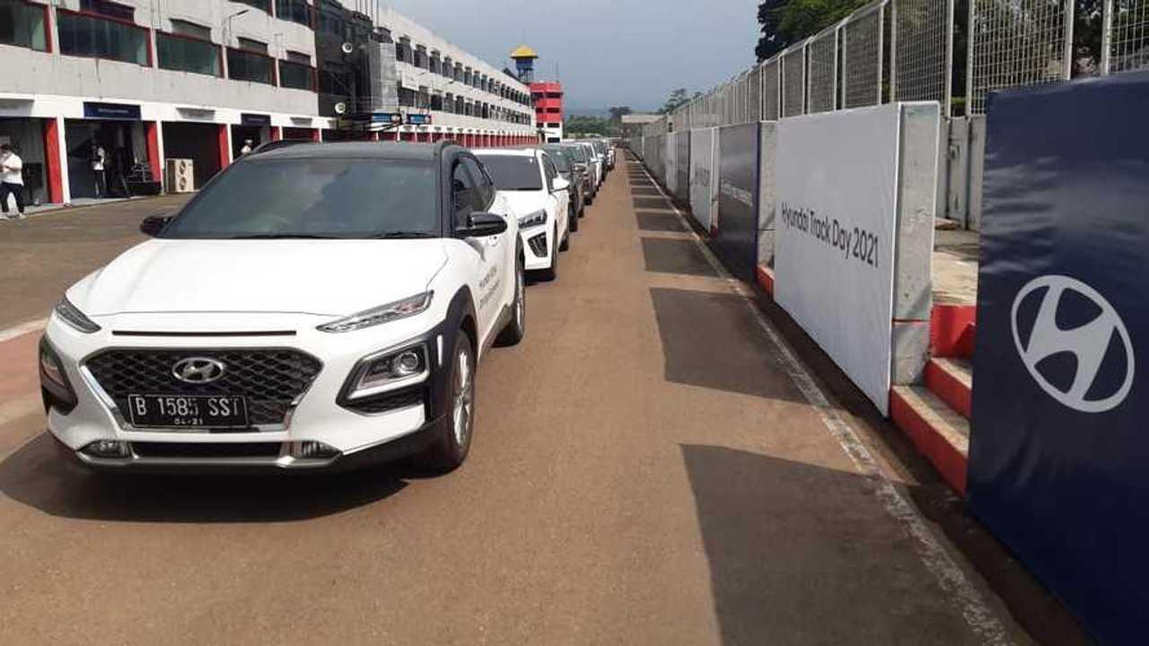 Jajaran mobil Hyundai Ioniq Electric dan Kona Electric yang dijajal di Sirkuit Sentul, Jumat (19/3/2021).