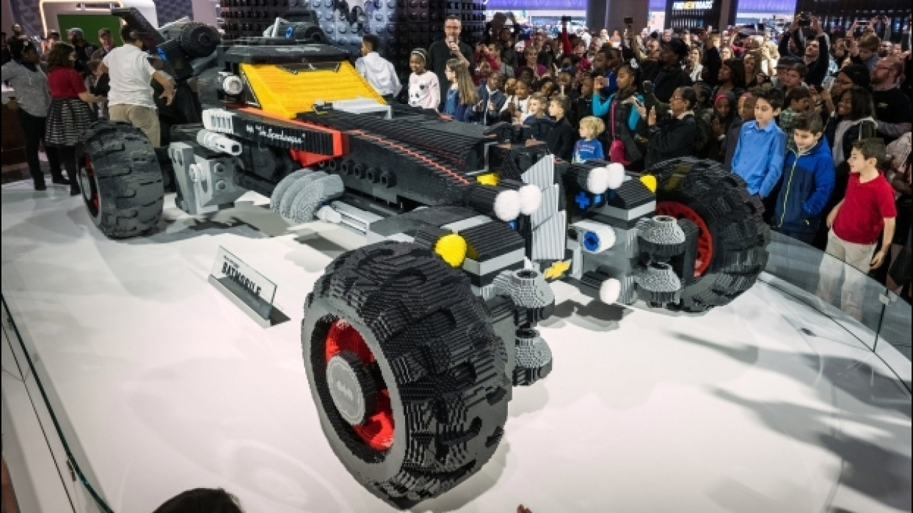 [Copertina] - LEGO, a Detroit la Batmobile a grandezza naturale