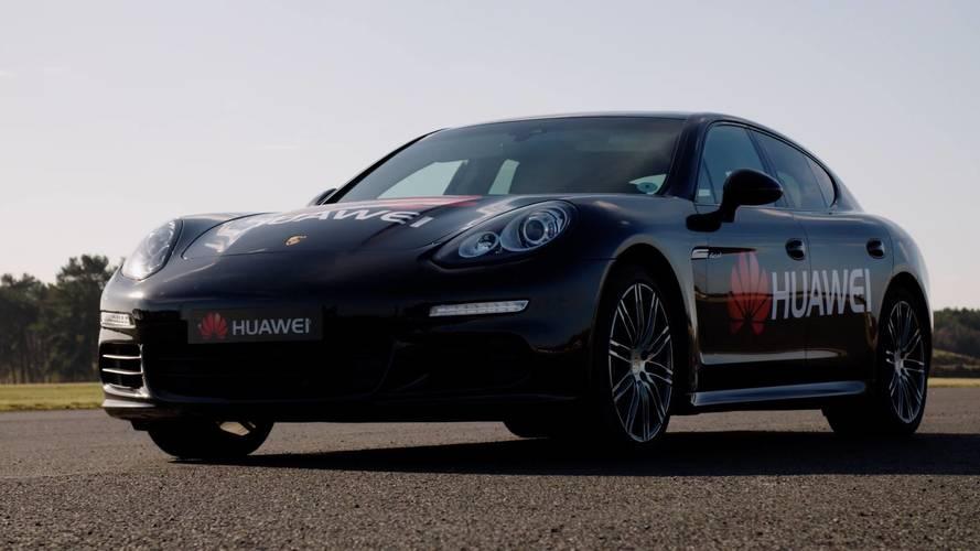 Una Porsche Panamera guidata dallo smartphone