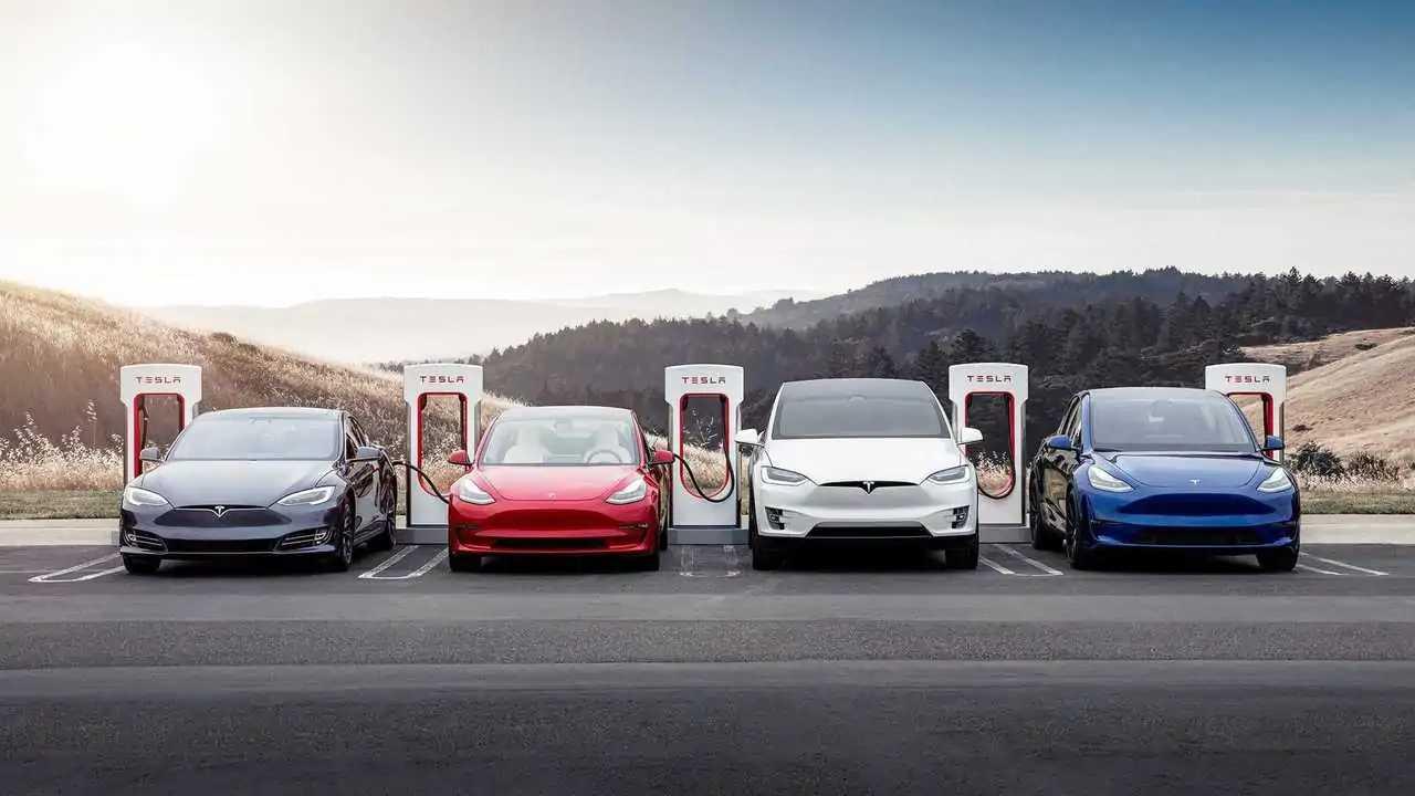 Tesla'nın tüm modelleri Supercharger istasyonunda