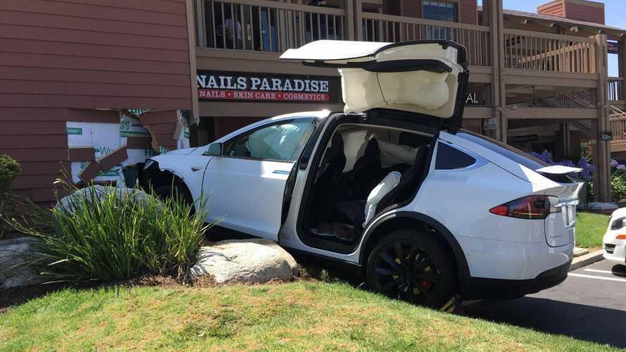"""Tesla: """"Le nostre auto non accelerano da sole, è un complotto"""""""