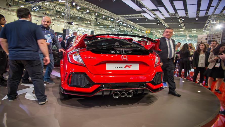 Honda Civic Type R ve meraklı katılımcılar - 2017 İstanbul Autoshow