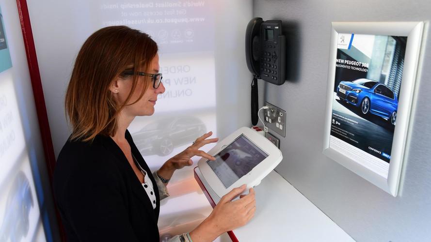 Peugeot kereskedés egy telefonfülkében