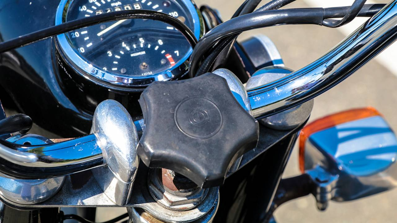 The steering damper is easy to reach right between the handlebars and allows for quick adjustments while riding.