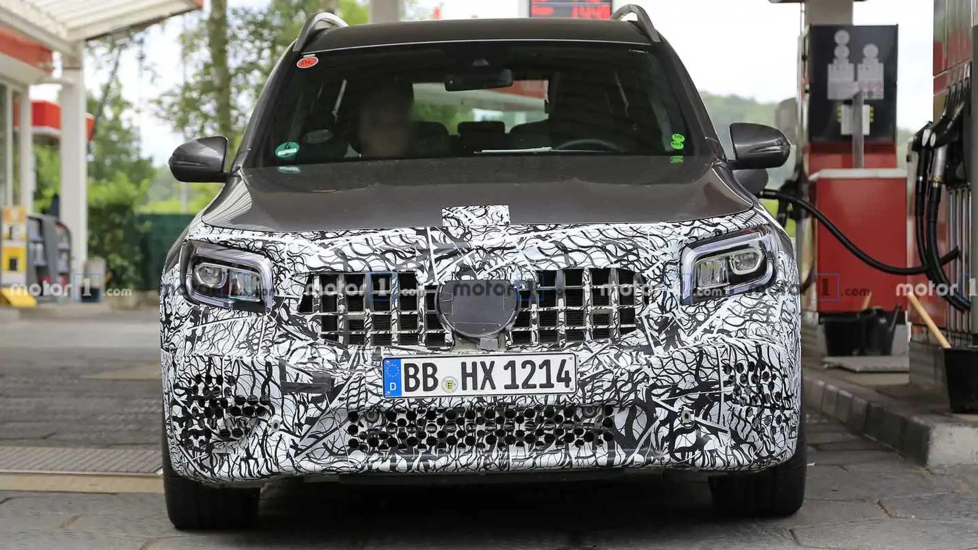 Mercedes-AMG GLB 45 теряет камуфляж, подсматривает за выхлопными трубками
