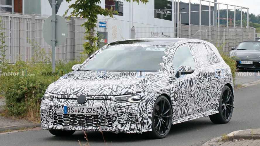 Новый Volkswagen Golf GTI впервые застали на тестах