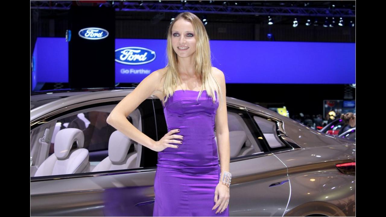 Die LiLaLaune-Bärine freut sich mächtig am Ford-Stand