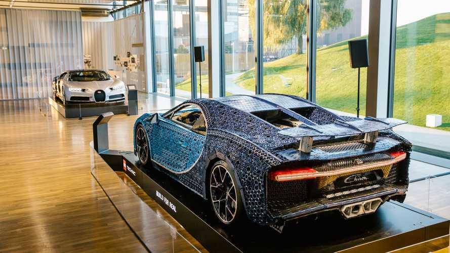 La Bugatti Chiron de Lego face à la vraie Chiron dans un musée