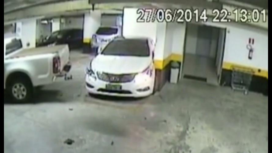 Vídeo: motorista revoltado bate no carro do vizinho de propósito em Goiás