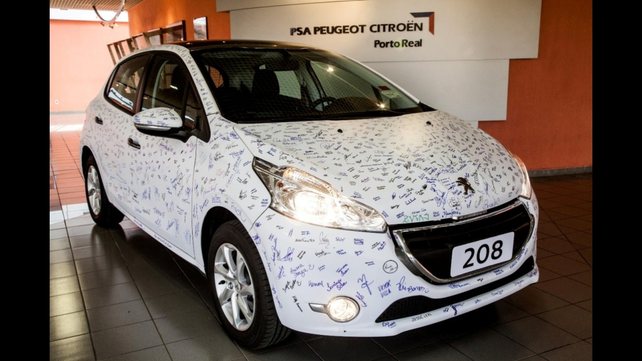 Peugeot 208 é autografado por funcionários brasileiros
