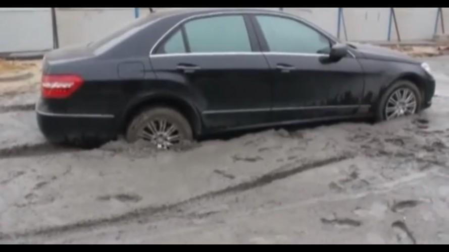 Vídeo: chinês apressado deixa Mercedes Classe E concretado