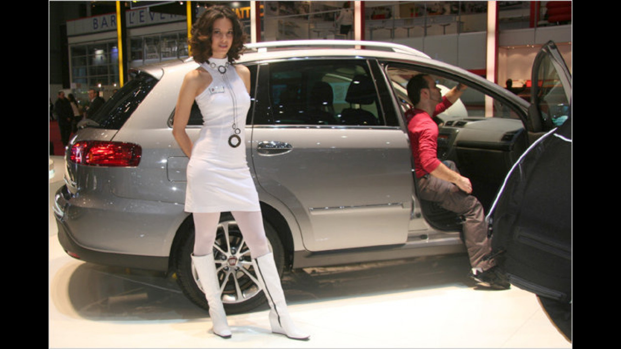 Während die Umwelt-Plakette eingeklebt wird, kann frau auf das Auto warten