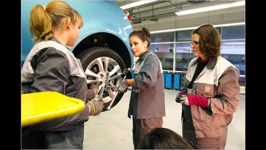 Lena legt Hand an: Besuch in Opel-Lehrwerkstatt