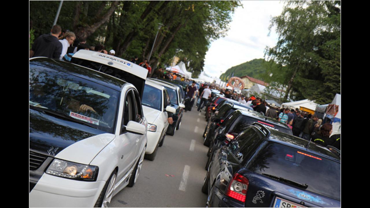 Schön in der Kolonne fahren die stolzen Besitzer zum Vorzeigen der Fahrzeuge an den Gästen vorbei