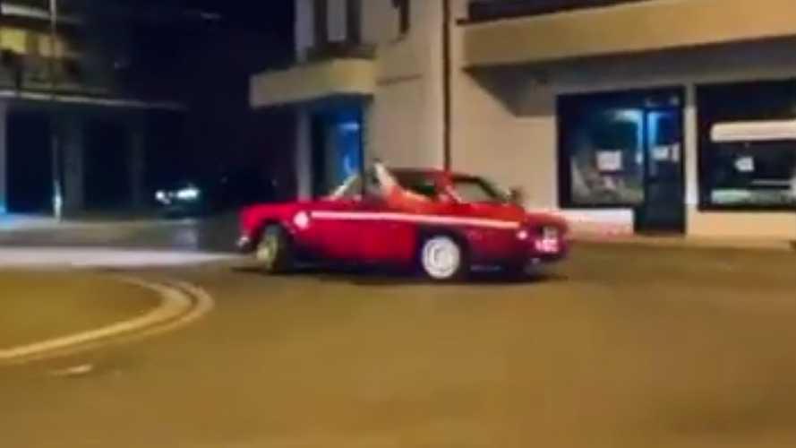 Klasszikus Alfa Romeójával való drifttel ünnepelte az olaszok EB-győzelmét egy olasz autós