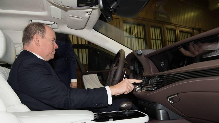 Le Prince Albert de Monaco reçoit une Lexus flambant neuve