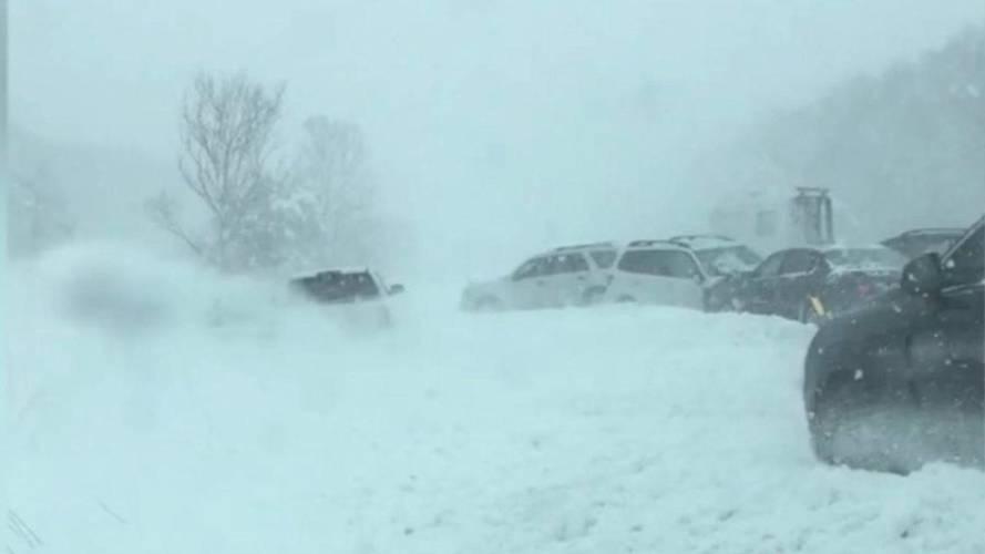 Karlı yolda 40'a yakın araç birbirine girdi