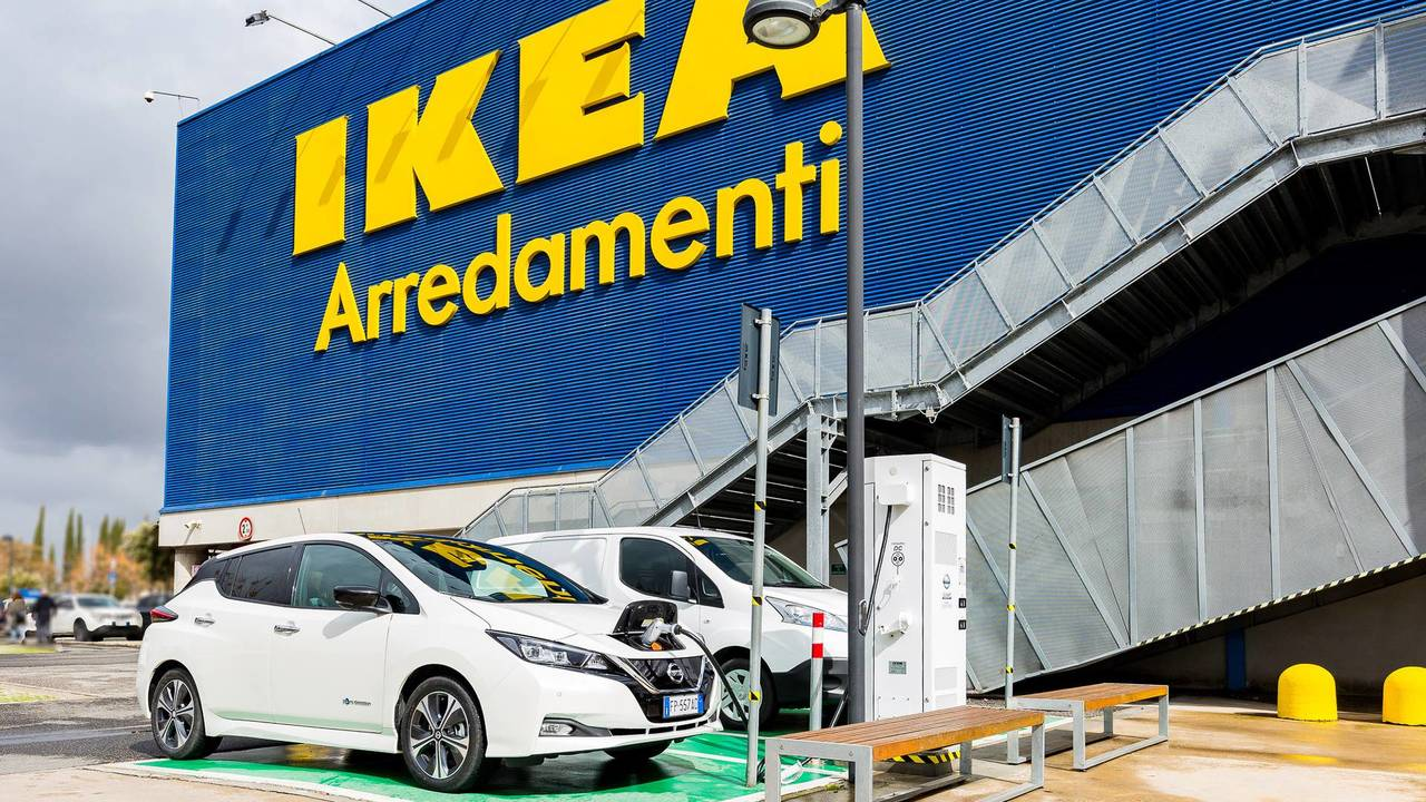 Nissan, colonnina di ricarica CHAdeMO a Ikea Roma Anagnina