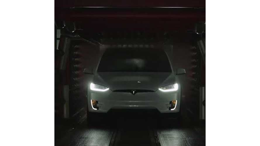 Tesla Model X In New York For Fashion Week - Video