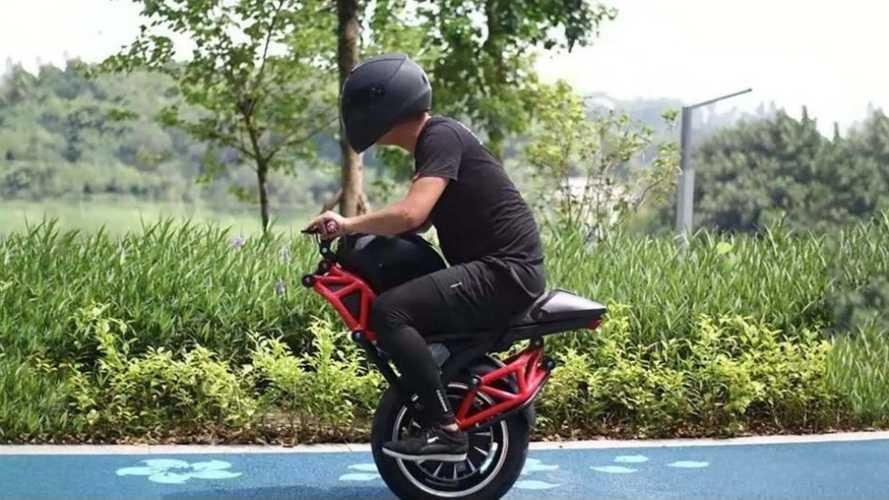 Vidéo - Cette moto électrique à une seule roue va vous étonner