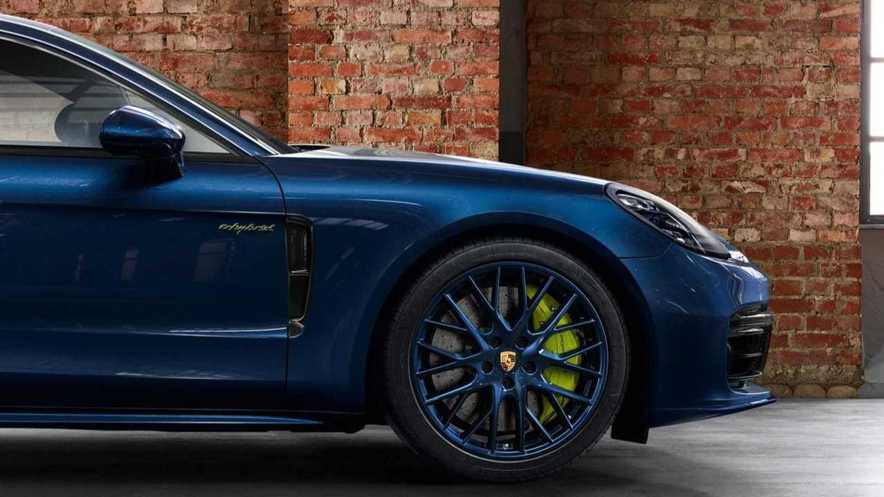 Porsche Pampers Panamera Turbo S E-Hybrid con ruedas azules 63