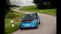 BMW i3, con la batteria da 33 kWh fa 300 km