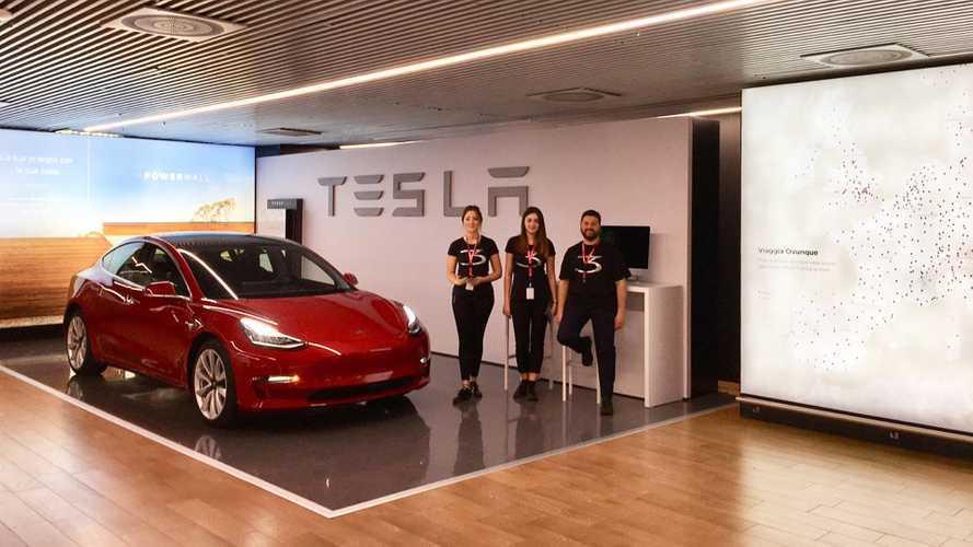 Tesla Model 3, atterraggio a Fiumicino