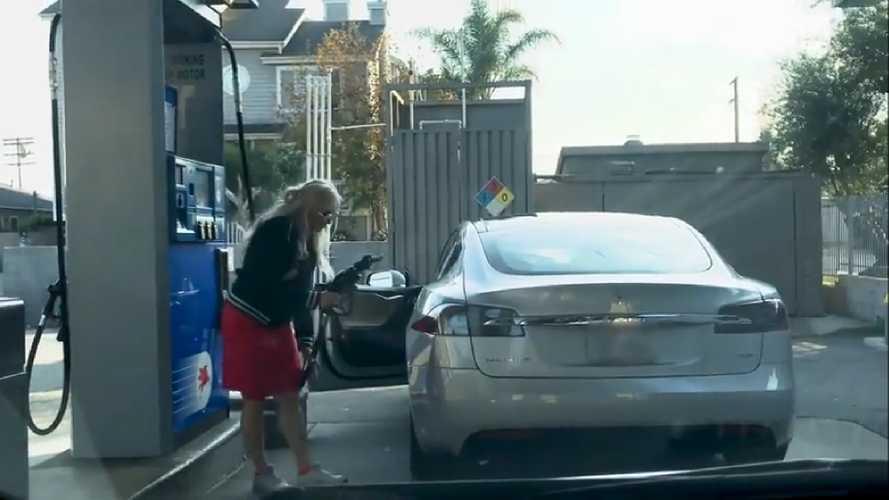A benzinkúton hívták fel a nő figyelmét, hogy a töltőpisztollyal nem sokra megy egy Tesla Model S-nél