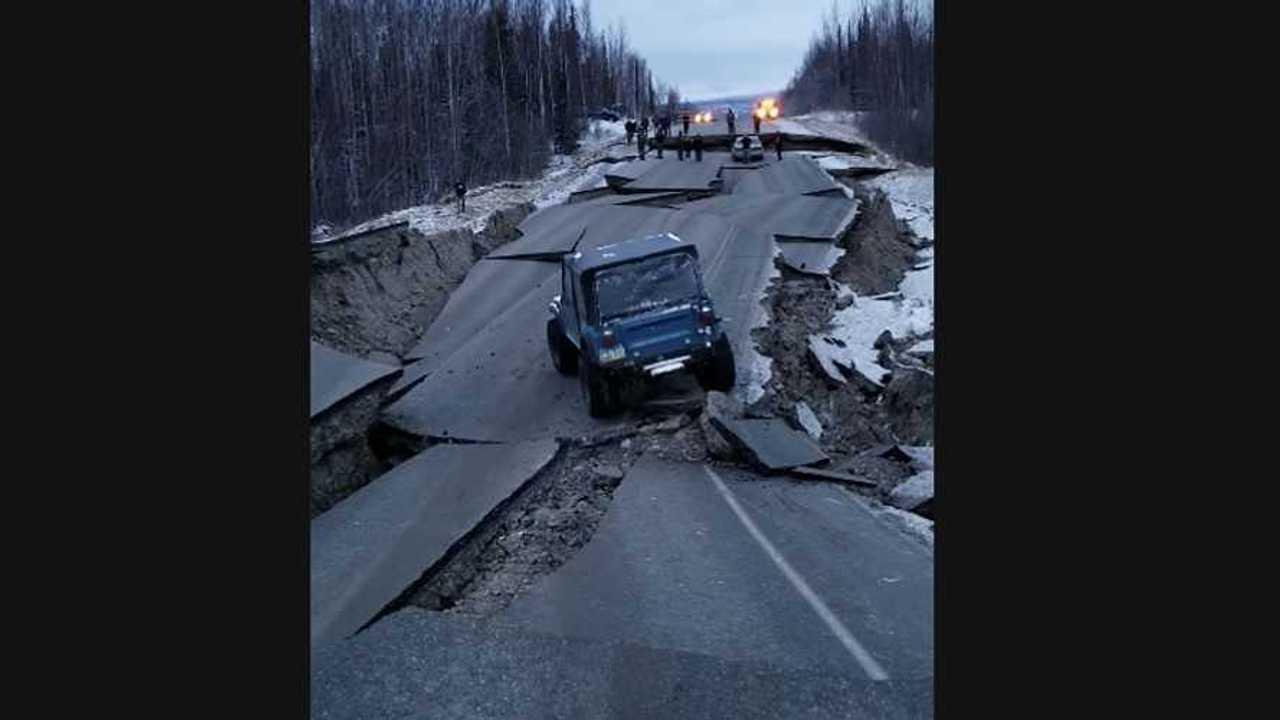Jeep CJ-7 Çökmüş Yollarda İlerliyor