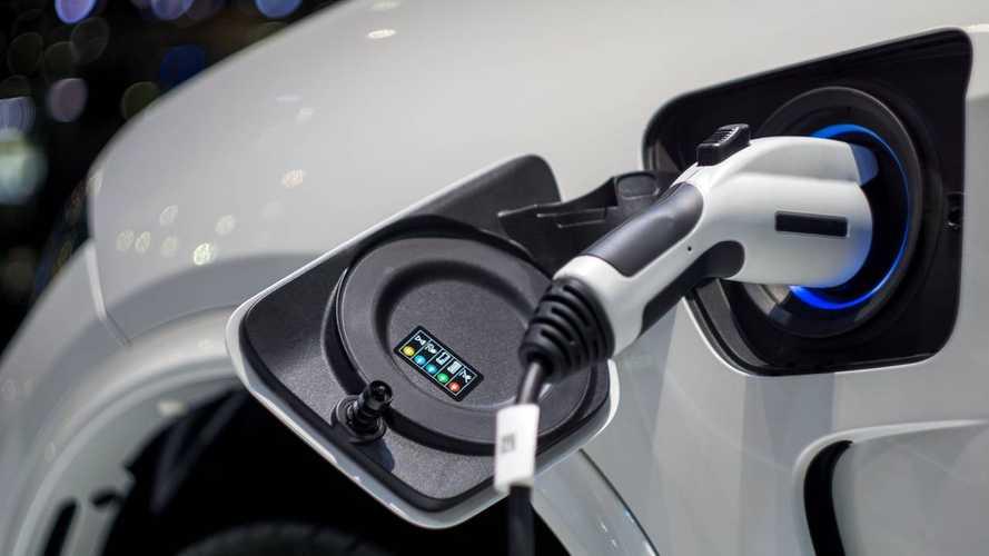 Ricarica auto elettriche, in Senato le proposte per tagliare i costi