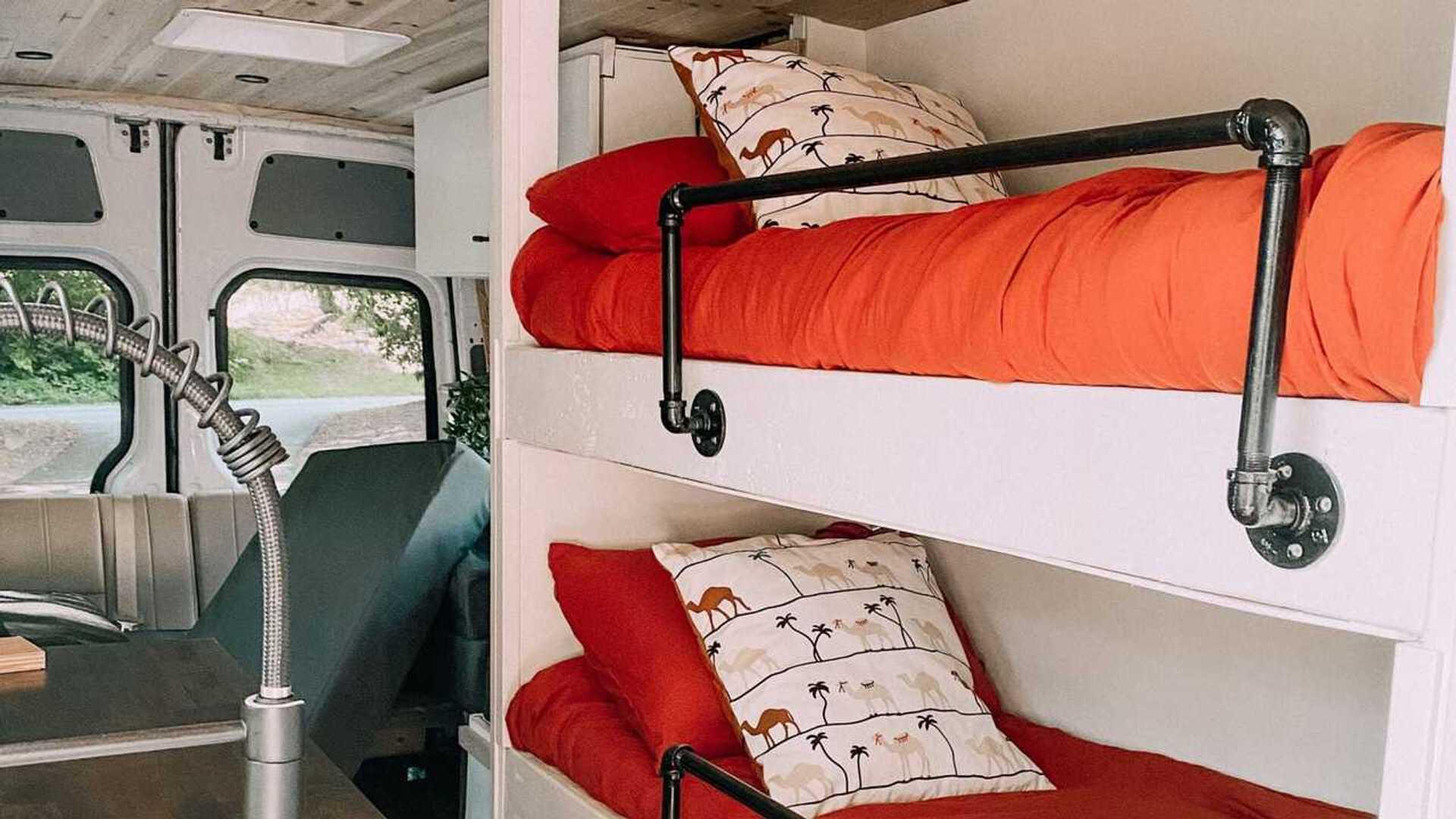 Il camper van con tre letti a castello, per viaggi di famiglia