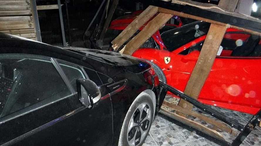 Ferrarival csapódtak egy kerítésnek és egy parkoló autónak Délegyházán