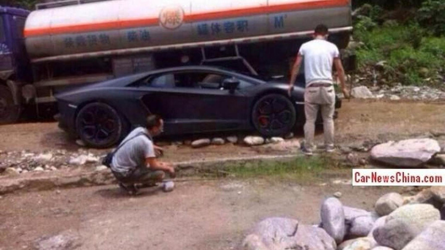 Lamborghini Aventador driver gets stuck on rocky road
