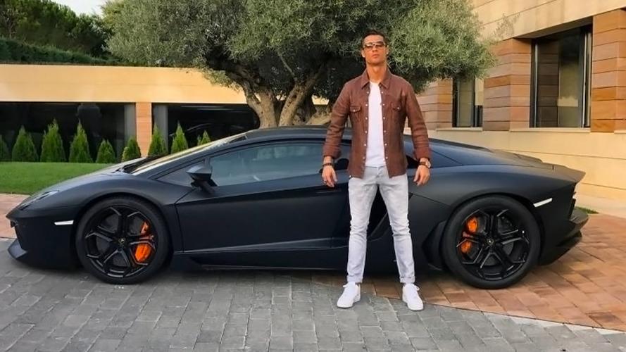 Cristiano Ronaldo pose devant sa Lambo, Internet le parodie