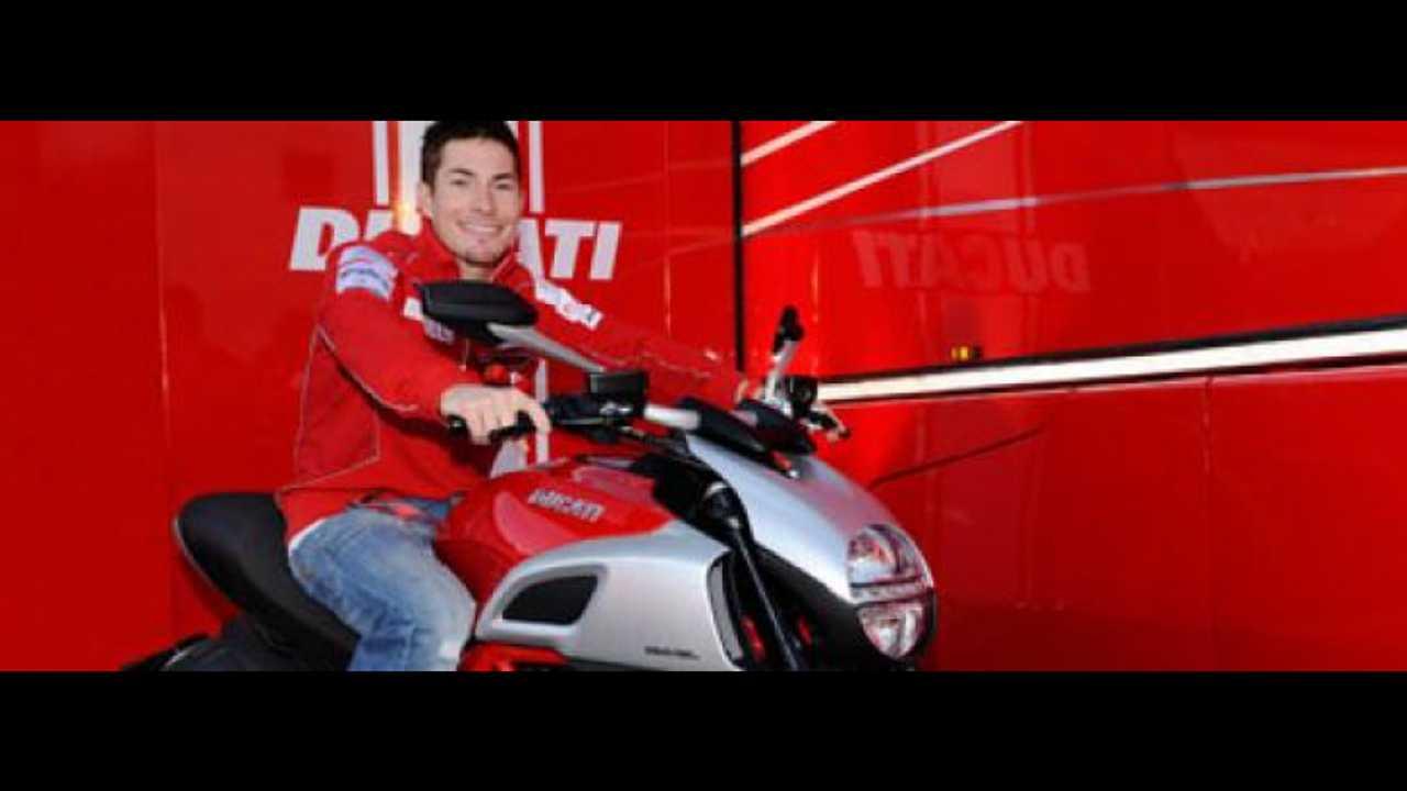 Nicky Hayden in sella alla Ducati Diavel 2011