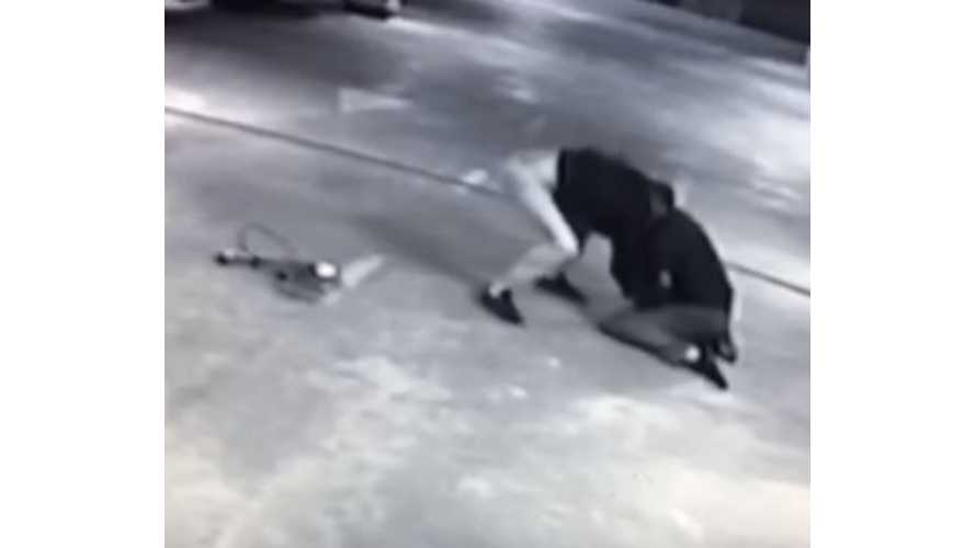 Thief Makes Off With Nissan LEAF Charging Cable Even After Brawl With Security Guard - Video