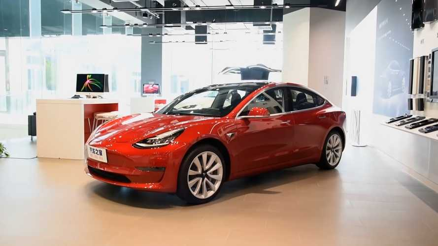 Tesla Booth Flooded With Model 3 Buyers In China