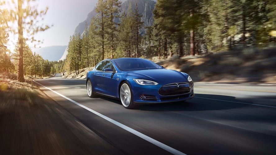 Автопилот Tesla протаранил полицейскую машину, пока водитель смотрел кино