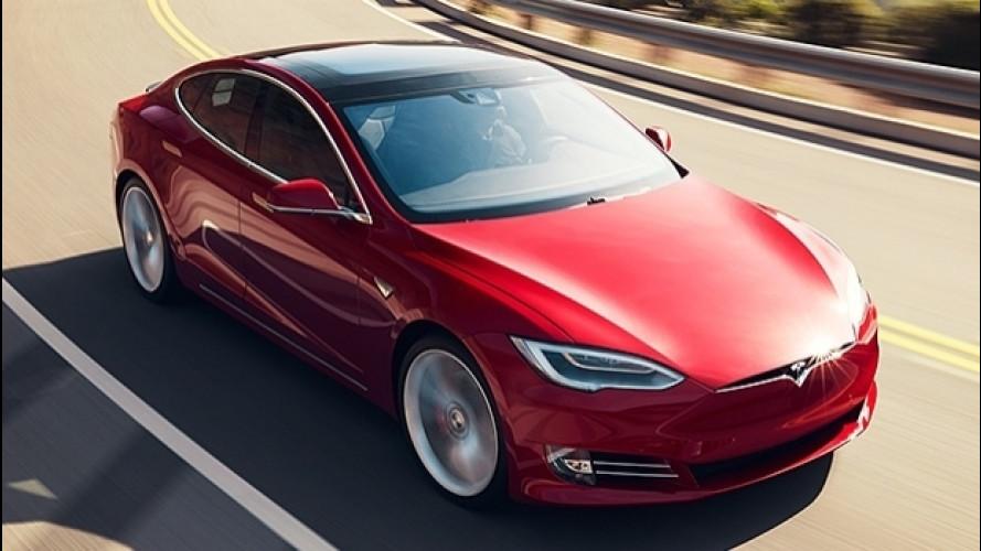 Tesla Autopilot, torna il cambio corsia automatico