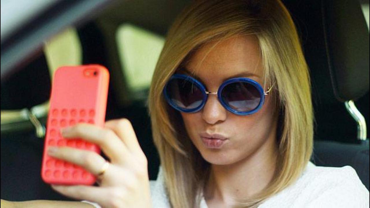 [Copertina] - Selfie al volante: 1 italiano su 4 scatta foto in auto