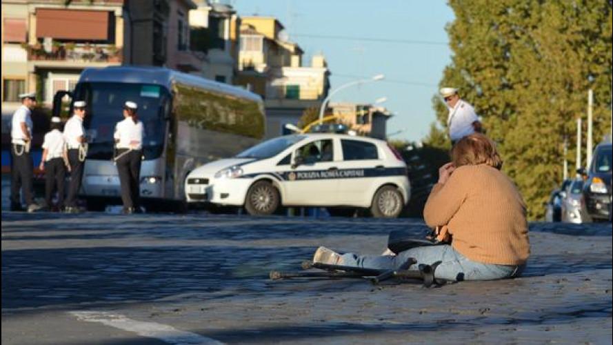 """Una donna disabile """"blocca"""" il traffico a Roma per contestare una multa"""