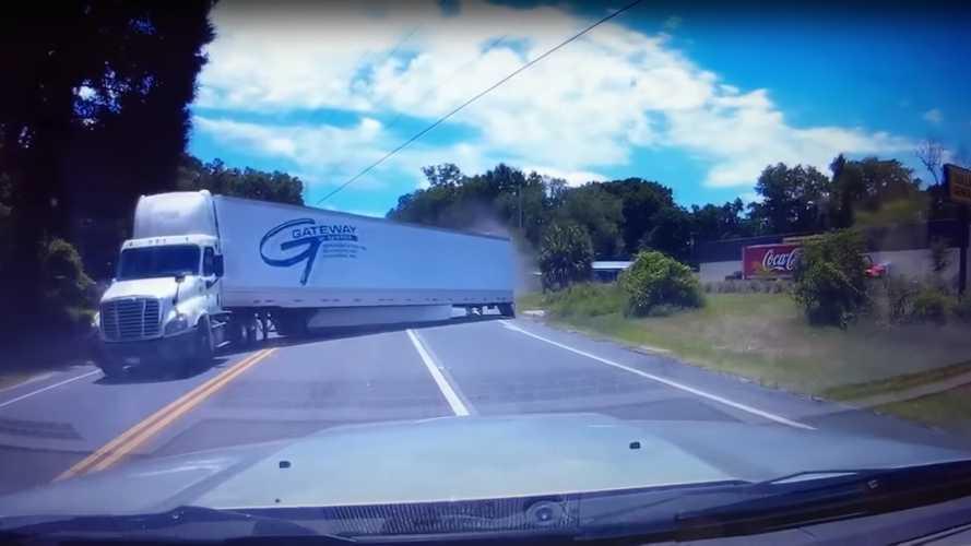 Ez a látvány fogadott egy autóst, miután valaki a piroson áthajtva belerohant egy kamionba (videó)