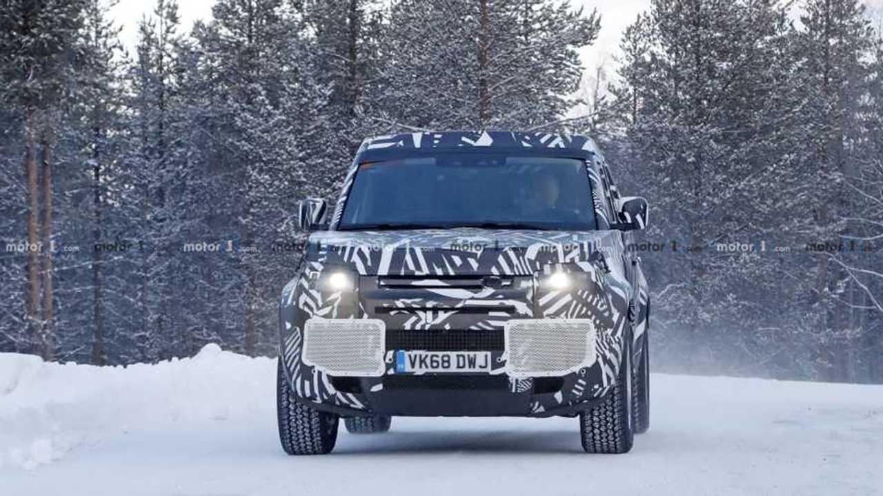 Yeni Land Rover Defender'ın Karlı Havadaki Casus Fotoğrafları