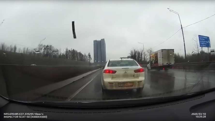 Nézni is rossz, ahogy egy fémdarab repül az autó szélvédőjébe (videó)