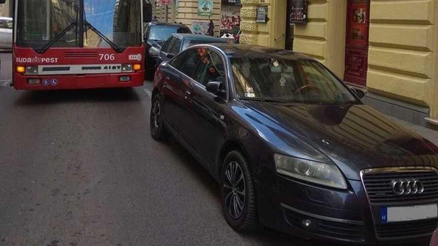 Egy Audisnak sikerült elállnia a 74-es troli útját a Dohány utcában